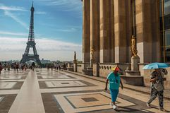 Trocadero和艾菲尔铁塔的人们在巴黎 免版税图库摄影