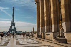 Trocadero和艾菲尔铁塔的人们在巴黎 库存照片