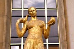 Trocadero - статуя женщины золота - Париж стоковые фотографии rf