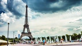 Городской пейзаж с фонтанами Эйфелевой башни и Trocadero на летнем дне Франция paris Timelapse видеоматериал