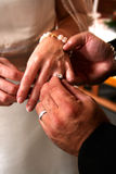 Trocando anéis de casamento Fotografia de Stock Royalty Free