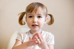 Trochę zadziwiająca dzieciak dziewczyna z szeroko otwarty oka zbliżenia portretem na prostym tle zdjęcia royalty free