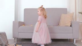 Trochę czarujący szczęśliwej dziewczyny krąży w pięknej menchii sukni zbiory wideo