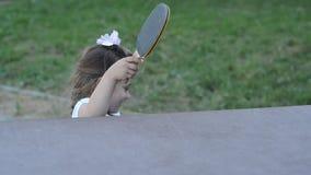 Trochę powabny szczęśliwy dziewczyn dzieci bawią się śwista pong na ulicie zdjęcie wideo