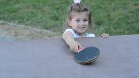 Trochę powabny szczęśliwy dziewczyn dzieci bawią się śwista pong na ulicie zbiory