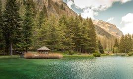 Trochę wodden dom na jeziornej rzece, Gressoney święty Jean zdjęcie royalty free