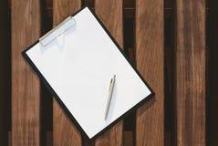 Trocista acima da tabuleta para o papel no fundo da parede de madeira imagem de stock royalty free