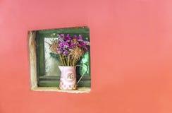 Trockenblumeblumenstrauß im Weinlesevase Stockfotografie
