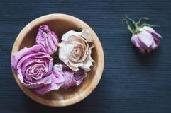 Trockenblumen in der hölzernen Schüssel, selektiver Fokus Lizenzfreie Stockbilder