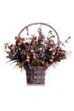 Trockenblumen in einem Korb auf lokalisiertem Hintergrund mit Reflexion Stockfotografie