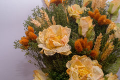 Trockenblumen im Vordergrund, Blumensträuße von Trockenblumen, Blumenanordnung Stockbilder