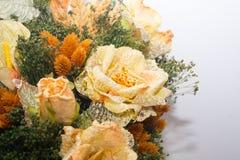 Trockenblumen im Vordergrund, Blumensträuße von Trockenblumen, Blumenanordnung Stockfotos