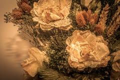 Trockenblumen im Vordergrund, Blumensträuße von Trockenblumen, Blumenanordnung lizenzfreie stockbilder