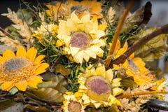 Trockenblumen im Vordergrund, Blumensträuße von Trockenblumen, Blumenanordnung stockbild