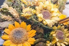Trockenblumen im Vordergrund, Blumensträuße von Trockenblumen, Blumenanordnung Lizenzfreies Stockfoto