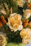 Trockenblumen im Vordergrund, Blumensträuße von Trockenblumen, Blumenanordnung stockfoto