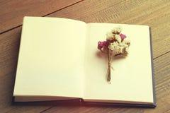 Trockenblumen und Buch Lizenzfreie Stockfotos
