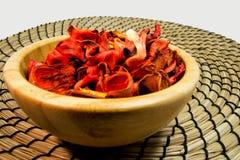 Trockenblumengesteck von trockenen Blumen in einer hölzernen Schüssel Für Aromatherapie- und welnesskonzept Stockfotos