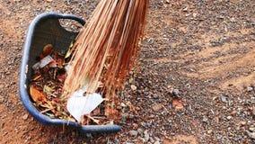 Trockene Blätter und Abfall der Schleife im Yard mit einem Besen hergestellt von den Kokosnussblattstielen stock footage