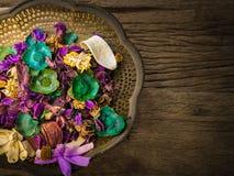 Trockene Blumen auf Weinlesemessingbehälter, mit vielen Raum für Text lizenzfreie stockfotos