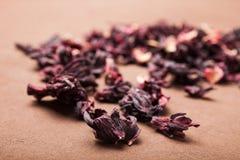 Trockene Blumenblätter von natürlichen Hibiscusen für gesunden Tee lizenzfreie stockfotos