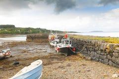Trockene Boote bei Ebbe in der Insel von Skye Lizenzfreies Stockbild
