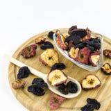 Trockene Früchte auf hölzernem Brett Stockfotos