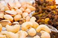 Trockene Früchte mögen Acajoubaum, Pistazie, die rasins, die mit einer niedrigen Tiefe geschossen werden Lizenzfreie Stockfotos