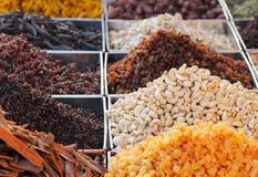 Trockene Früchte u. Gewürze angezeigt für Verkauf in einem Basar Lizenzfreie Stockfotografie