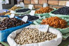 Trockene Früchte und Gewürze mögen Acajoubäume, Rosinen, Nelken, Anis, usw. Stockfotografie