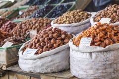 Trockene Früchte und Gewürze mögen Acajoubäume, Rosinen, Nelken, Anis, usw. Stockbilder