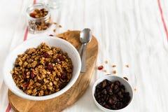 Trockene Fr?hst?ckskost aus Getreide Knusprige Honiggranolasch?ssel mit Leinsamen, Moosbeeren und Kokosnuss Gesunde, vegeterian F stockfotos