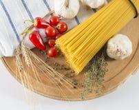 Trockene gelbe Spaghettiteigwaren Stockfotos