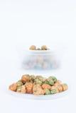 Trockene Gewürzerbsen auf weißem Hintergrund Lizenzfreie Stockfotos