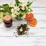 Trockene grüne Teeblätter des Jasmins mit Jasminblumen Lizenzfreie Stockfotos