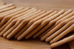 Trockene Kekse auf dem Tisch stockfoto
