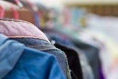 Trockene Kleidung in der Luft Stockbild