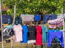 Trockene Kleidung in der Sonne im Fischerdorf Lizenzfreie Stockbilder