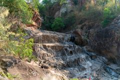 Trockene Klippe im Dschungel lizenzfreie stockfotos