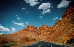 Trockene Landschaft in Arizona Felsen und die Straße stockfotografie
