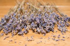 Trockene Lavendelsamen auf hölzernem Hintergrund Stockbild