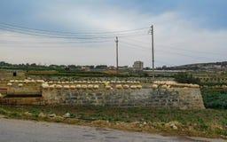 Trockene maltesische Landschaftslandschaft, Xemxija und Manikata, Malta lizenzfreies stockbild
