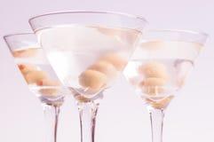 Trockene Martini-Cocktails über hellpurpurnem Hintergrund Lizenzfreies Stockbild