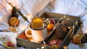 Trockene Orangen des Weihnachtshintergrundes, süße Tangerinen in einem Kasten, Kaffee in einem weißen Becher stock video