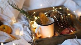 Trockene Orangen des Weihnachtshintergrundes, süße Tangerinen in einem Kasten, Kaffee in einem weißen Becher stock video footage