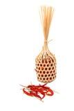 Trockene Paprikas im aus Weiden geflochtenen runden Bambuskorb Stockbilder