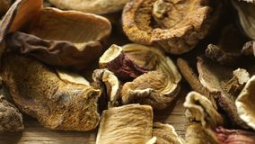 Trockene Pilze auf Holzoberfläche stock video