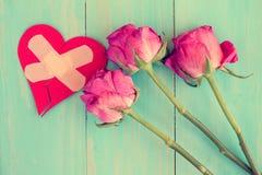 Trockene Rosen und defektes Herz Stockfoto