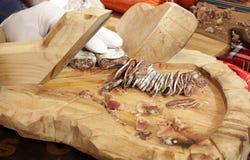 Trockene Salami auf einem Berufsschneidebrett Geräucherte flache Wurst mit Gewürzen für Cover-Foto-Hintergrund Getrocknete flache stockfoto