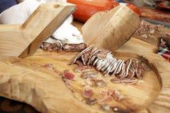 Trockene Salami auf einem Berufsschneidebrett Geräucherte flache Wurst mit Gewürzen für Cover-Foto-Hintergrund Getrocknete flache lizenzfreie stockfotografie